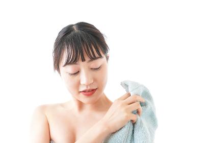 お風呂上がりの若い女性