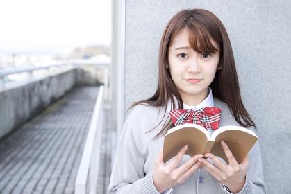 教科書を読んでいる女子高校生