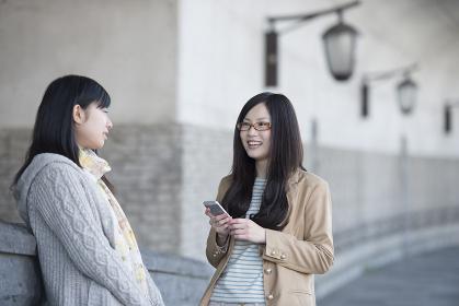 スマートフォンを持ち談笑をする2人の女性