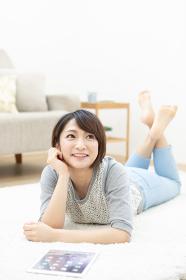 寝転んでいる日本人女性