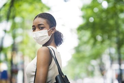 夏服を着てマスクを着用するビジネスウーマン