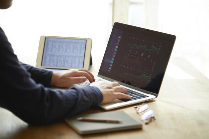 オンライン投資をする日本人の男性の手元