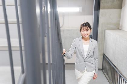 オフィス内を歩く若いビジネスウーマン