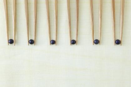 黒大豆を挟む6膳の箸