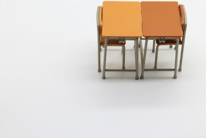 向かい合わせにされた学校の机と椅子
