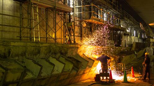 建設中の高速道路の地下トンネルで作業する人(目黒区/東京)