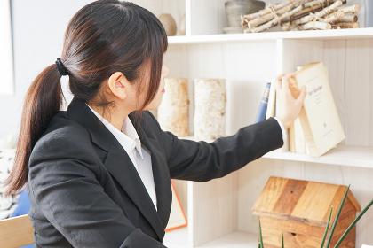 スーツを着て勉強をする女性