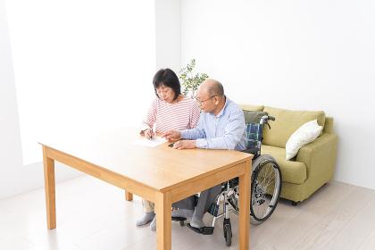 契約をする高齢の夫婦