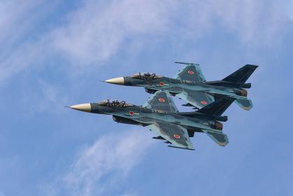 青空の航空祭で飛行する航空自衛隊のF-2戦闘機(築城基地/福岡)