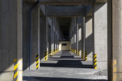 コンクリートの柱が並んだ高架下の空間
