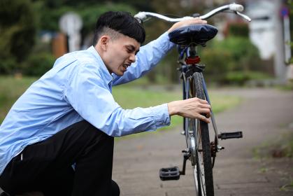 自転車が故障した男性