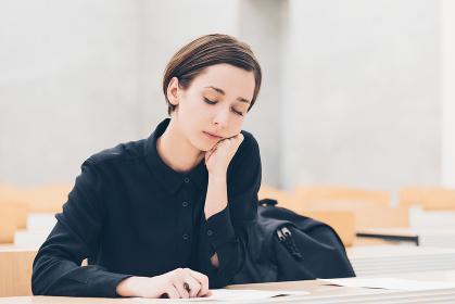 授業中の若い女性(退屈・居眠り・疲労)