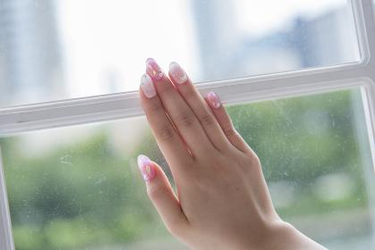 綺麗な爪の女性の手