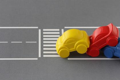 交通ルールを守らず横断歩道を渡らずに事故寸前になる人々と車