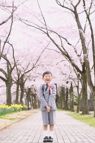 入学式に向かう小学生