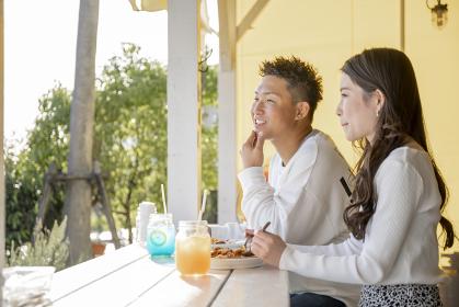 カフェのテラスでデートを楽しむカップル