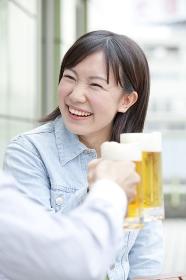 ビールで乾杯する女子大学生