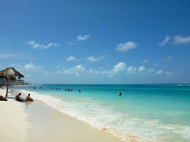 メキシコ・カンクンにてカリブ海のエメラルドグリーンのビーチと真っ白の砂浜