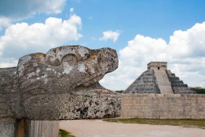メキシコ・チチェンイッツァにて最高神の蛇ククルカンの頭部クローズアップとピラミッド横位置