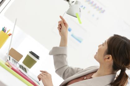 ライトの角度を調整するビジネスウーマン