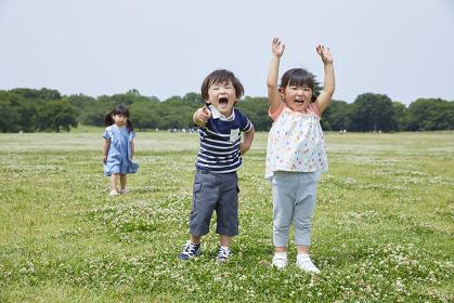 公園で遊ぶ日本人の子供