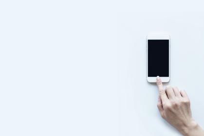 スマートフォンと女性の手 白バック