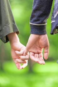 恥ずかしながら手を繋ぐカップル