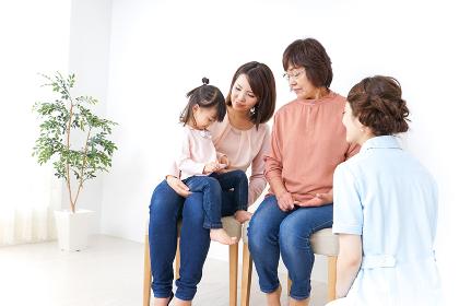 家族で検診を受ける子供