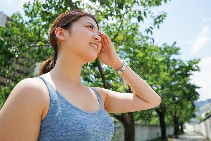 屋外で汗をかく若い女性