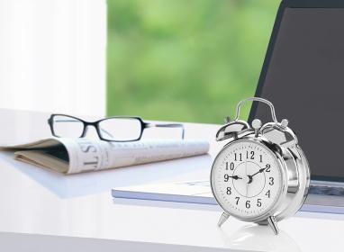 目覚まし時計とパソコンと新聞