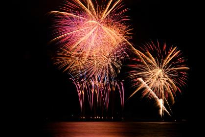海上から打ち上げられる花火