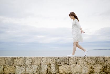 海岸を歩く日本人女性