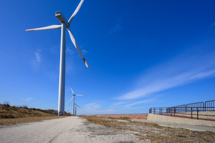 青空の響灘臨海工業団地の風力発電