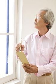 俳句を考える老人