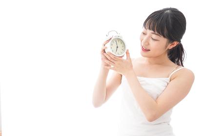 早起きをする若い女性
