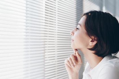 窓際でくつろぐ女性