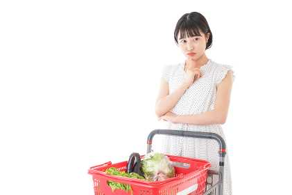 スーパーで考える若い女性