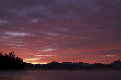 朝焼けに染まる桧原湖