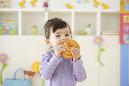 パンを食べるハーフの子供