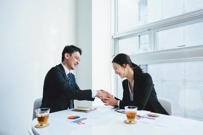 契約成立・握手(ビジネスイメージ)