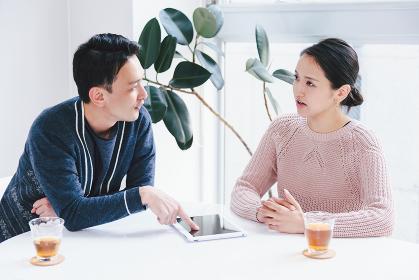 夫婦(カップル)・30代・タブレットPC・会話