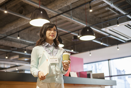 カフェにいるビジネスウーマン