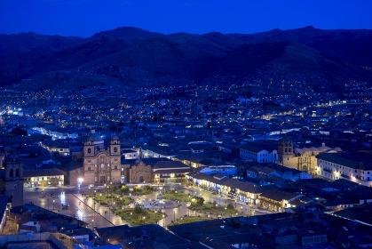 ペルー クスコ旧市街とアルマス広場夜景