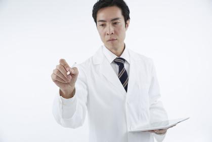 タブレットを持つ白衣の男性 スタジオ撮影