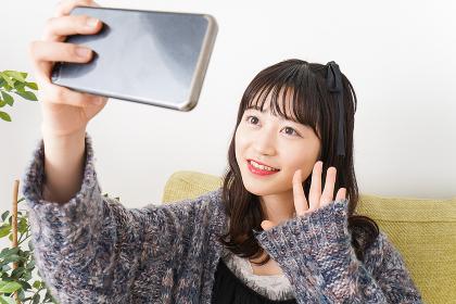 動画配信をする若い女性