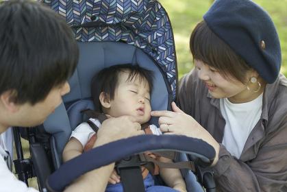 ベビーカーに乗るかわいい日本人の赤ちゃん
