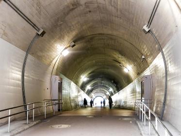 トンネルを歩く人々