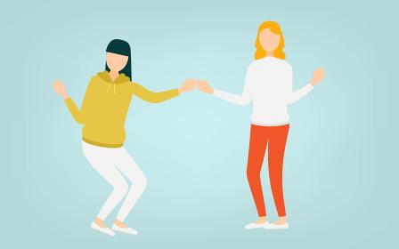 拳を打ち合わせるポーズをとる二人の女性