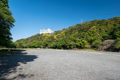 青空広がる千葉県鋸山登山自動車道の駐車場