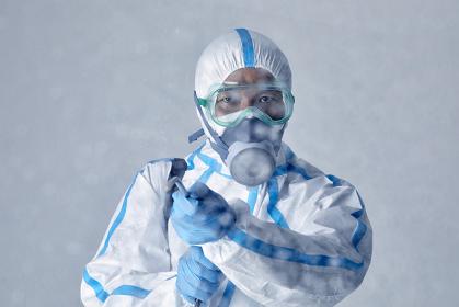 消毒をする防護服を着用した男性